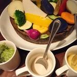 BACCA GRILL & FARMERS - 名物のバーニャカウダは野菜がてんこ盛り!! ソースは3種類(バジルソース、バーニャカウダソース、味噌味のソース) バジルソースとバーニャカウダソースがおいしかった♡ 余った野菜はグリルしてもらえます。