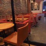 アマンダコーヒーズ - 赤いソファが都会的。