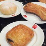 アマンダコーヒーズ - 一番奥が「白いクリームチーズパン(130円)」