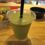 ベジフルキッチン - グリーンスムージー300円。  パイナップルやバナナ、リンゴ等の果物と小松菜などの野菜をたっぷり使った飲みやすいスムージです。