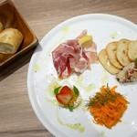 87227870 - 【コース】チーズ盛り合わせ前菜4種 (2名分) と おかわりOKなバゲット