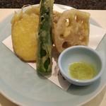 すし屋銀蔵 - 晩酌セットの野菜天ぷら。揚げたてをホクホクといただきます。
