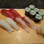 すし屋銀蔵 - 別途寿司を頼みました。お寿司は1貫で130円、種類によっては値段が少し違います。