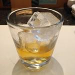 すし屋銀蔵 - せっかくの飲み放題なのでウィスキーにチェンジ。角です。