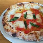 カルド - 水牛モッツァレラとトマトのピザ