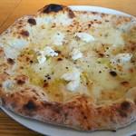 カルド - チーズとニンニク、黒胡椒の白いピザ(3種のチーズ・ガーリック・ブラックペッパー)