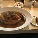 マダム・カリー - ピクルスと福神漬けを小皿に盛ったもののスプーンでは食いづらくカレー皿に入れました。最初からカレー皿に入れれば小皿を汚さずに済みました。m(_ _)m