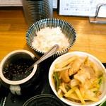 肉汁うどんの南哲 - 豚肉と葱、食べるらー油、半ライス。