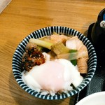 肉汁うどんの南哲 - お店のおすすめ通り、温玉、豚肉&葱、食べるらー油をごはんにのせ、ごまだれを少しかけてみる。