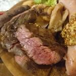 肉バルCHICO - 牛肉のアップ