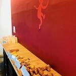 パン ド サンジュ - 店内の壁も真っ赤☆