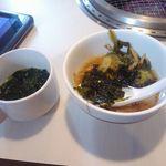 じゅうじゅうカルビ - わかめスープとモツ鍋