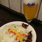 キッチン・マカロニ - セットのサラダとグラスビール。
