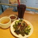 87266432 - ランチを注文するとスープやサラダが食べ放題、フリードリンクも種類豊富、週替わりデザートも