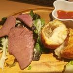 87266433 - ローストビーフは醤油ベースのソース、玉葱やマッシュルーム入りの蟹クリームコロッケはトマトソースで
