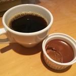 87266441 - まったり濃厚でクリーミーなチョコレートプリン、ホットコーヒーはやや酸味強め