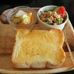 ニーゴー カフェ - 自家製パンのトーストモーニング