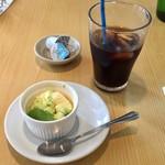 アスト - デザート(後ろのアイスコーヒーは飲みかけ)