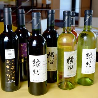 地元ワイナリーのワインを始め、100種以上のワイン。