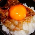 こだわり米 匠 - 卵黄タレをオーンしたはじける黄金すき焼きカルビを銀シャリにオーン(*≧∀≦*)