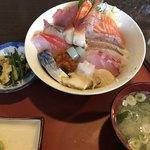 まんぷく処 まま屋 - 海鮮丼 ¥1300 です。