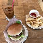 87298406 - モーニングサービスのアイスコーヒー、BICKハンバーガーセット、ポテトセット