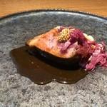 87299168 - ◆〈肉メイン〉黒豚肩ロース 紫キャベツのシュークルートと白インゲン豆 豚肉は丁寧に火入れされているので、柔らかい。