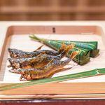 富小路 やま岸 - 鯛の昆布締めのちまき 三重県宮川の天然鮎