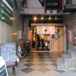 ネオメグスタ - お店は赤坂の交差点にあるビルの一階にあります。