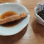 87309621 - お寿司の前には鰈の煮付けともずく酢が出ました。