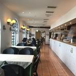ピッツォランテ スパッカ ナポリ - 明るく広々した店内