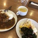 ビッグボーイ - バイキングのカレーとサラダ。スープバーはコーンスープ。