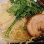塩らー麺 本丸亭 - 春菊、チャーシュー、雲呑