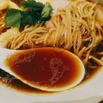MOJA★MOJA - 今度は細麺で。トッピングは長い柔らかメンマ、豚と鶏のチャーシューまでは一緒で、青葱の代わりに三つ葉。