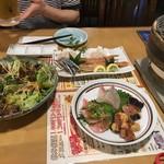 87318664 - サラダと海鮮焼きセット