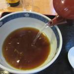 弁天 - 蕎麦湯を注ぐ