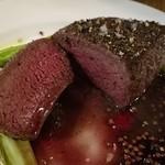 ITALIAN STAND GIGLIO - オーブンでじっくり火入れした鹿の内もも肉は、表面はこんがりと香ばしいのに、中は驚くほどしっとり柔らかくきめ細かな食感