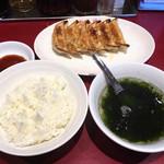 87325362 - 焼き餃子290円、ご飯190円、スープ70円