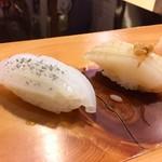 吉乃寿司 - 左 アオリイカ 活性炭の塩 右 スミイカ 生姜醤油 包丁仕事が素晴らしい食感を生む