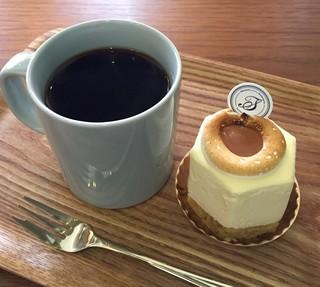 パティスリー タツヒト サトイ - ハニーハント・ホットコーヒー