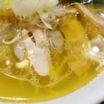 87327936 - 黄金色に輝く大胆な鶏油使いの塩スープ!