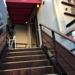 87331309 - 宴会客は一度出て、外階段で二階へ