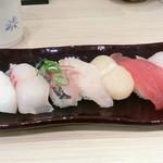 鮮魚売場直営 とれとれ寿司 - 天然魚おまかせ盛り合わせ。