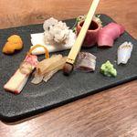 87335936 - 刺し盛り(うに追加)マグロは寿司、ヤリイカ、いわし、たい、クジラ、ハモ、うに 盛り方にもセンスがうかがえます。刷毛で醤油を塗って食べます。