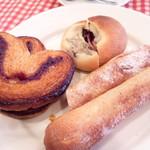 ル・プチメック - ソーセージ入りのパン(手前)レンズマメとベーコンのパン(奥)ハートのパイ(持ち帰りました)