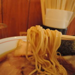 87346752 - 中麺ストレート麺、加水率は中高級。  チュルンと滑らかに滑り込んでくる。