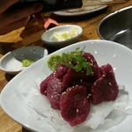 焼肉 一丁目 - おすすめのヒレ馬刺し1,380円を撮りあいっこ(o≧▽゜)o