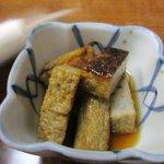 味処膳き屋 - お通しの小鉢はイワシの天ぷらでした。表面を焼いてこんがりと仕上げてあります。