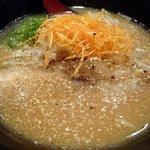 げん家ラーメン - テーブルの上にあったゴマを振り掛けます。 いい感じになりましたよ。 まずは、何時ものように、スープから頂きます。 うん、飲みやすい、優しい感じのスープです。 それで、いながら、次々と飲みたくなってきま