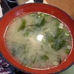 銀蔵 - 新鮮あじ定食(1500円)の味噌汁 お椀の直径が18cmほどある。